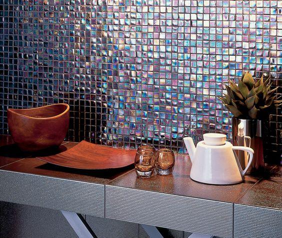 темная плитка-мозайка с голографическим эффектом  фото