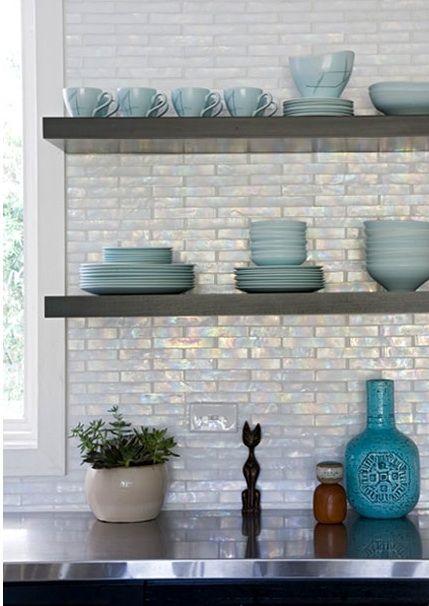сочетание белой радужной плитки и голубой посуды  фото