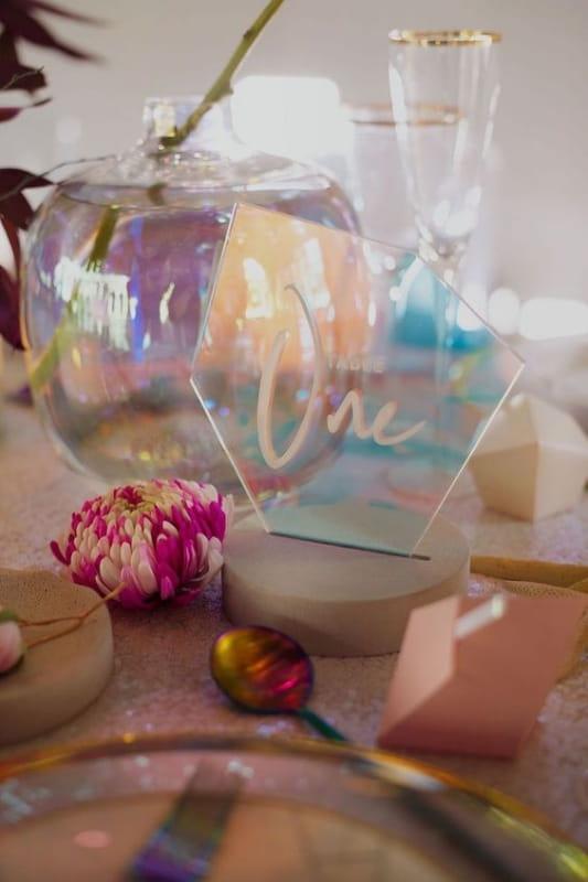 радужный голографический тренд в оформлении свадеб (фото: www.southboundbride.com)