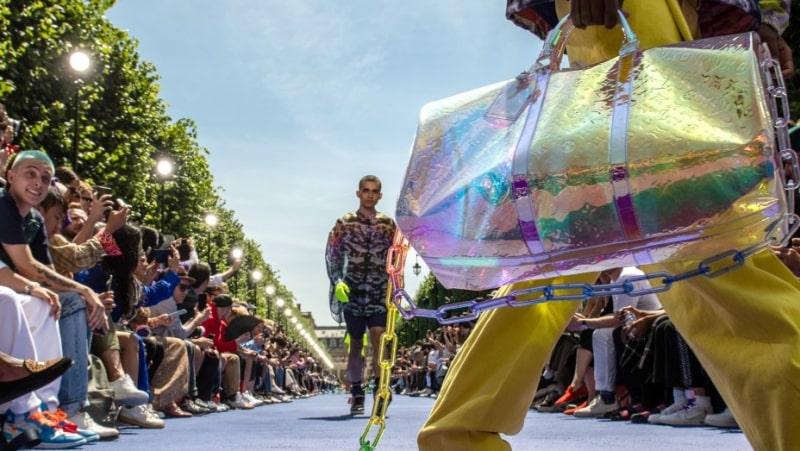 Сумка Keepall цвета переливающейся радуги от Louis Vuitton из коллекции весна-лето 2019 (фото: www.louisvuitton.com)