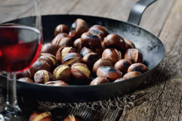 CHÂTAIGNES Les châtaignes se mangent grillées. Elles sont prêtes dès qu'elles craquent. Pelez et servez avec un dip de fromage bleu fondu. Succulent ! Vous pouvez également mettre les châtaignes au four avec l'huile d'olive, 20 minutes à 180°. Un goût de patate douce.