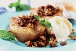 WILDE PEER Wilde peren zijn rauw moeilijk eetbaar, maar kook ze in gember, kaneel, kardemom en kruidnagel en ze zijn het perfecte bijgerecht bij een kerstdessert. Serveer met ijs.