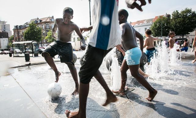 """De Morgen, 13 dec. 2016, """"In de wereld van de voetballende ketjes in de Brusselse straten is alles nog mogelijk. Houden zo"""" (Matthias Somers, link)."""