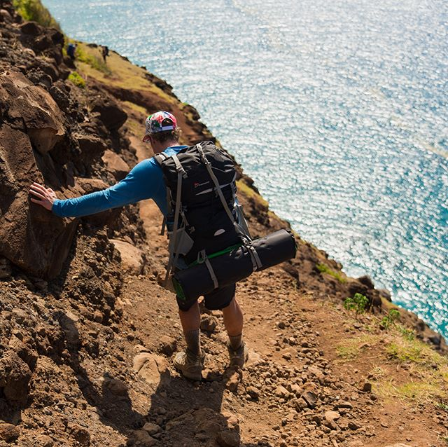 Swipe left to check out some of the highlights from the Kalalau trail hike. Was only slightly worried about falling off the cliff here 😬