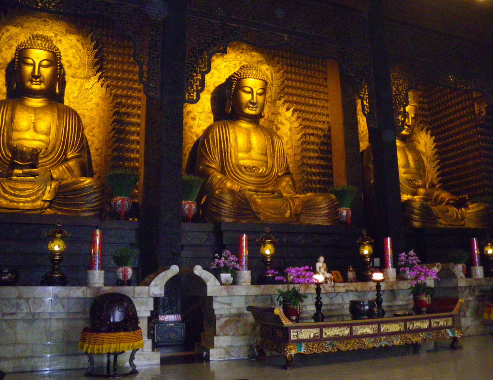 Foguangshan main shrine 4-24-10.jpg