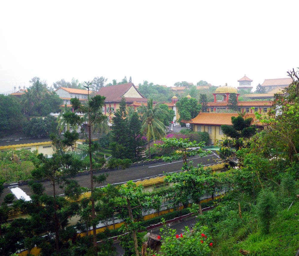 Foguangshan monastery enshrouded in smog.jpg