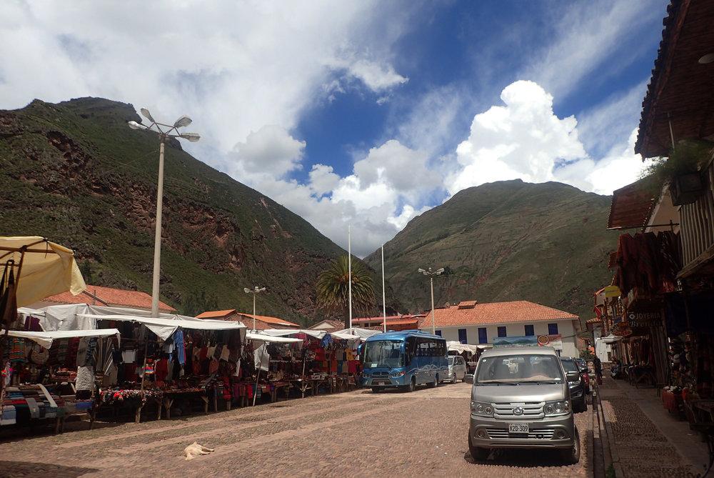 Pisac tourist market.jpg