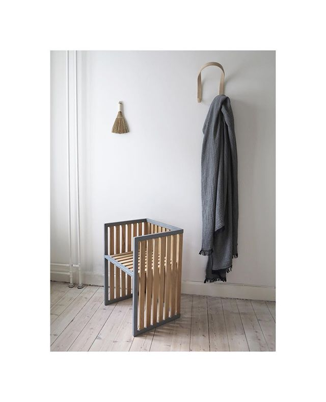 Det er blevet koldt udenfor, så jeg har rykket mit vadehavsmøbel ind🍂 Det fungerer ret fint, synes jeg👋🏻 Møblet hedder i øvrigt Ebbe - en tanke til tidevandet, der gør Vadehavet til noget helt særligt🌑  _____  #ebbe #vadehavet #vadehavscentret #studioritz #waddensea #nationalpark #design #furniture #danishdesign #wood #steel #robinietræ