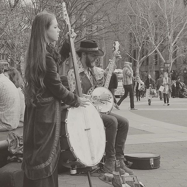 Banjo Jammin' #washingtonsquare #nyc #manhattan #newyork #newyorkcity #weekend #gettaway #blackandwhite #music in #thepark #park #city #citylife #nyu #crowd #entertainment #banjo #jams #bluegrass #tunes #vacation #walk #break #walkingthecity #duo #musicians #packaccordingly