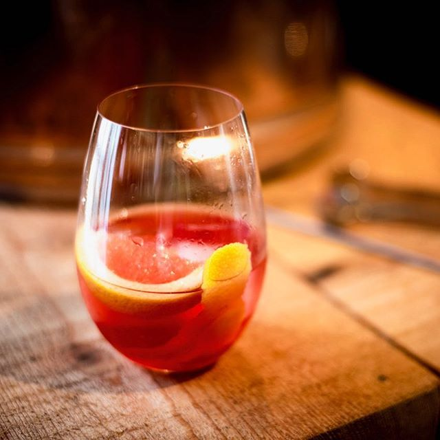 Nothing wrong with a slice of pink grapefruit in your negroni. Nothing at all.  #moremoores #ginningiswinning #negronitime