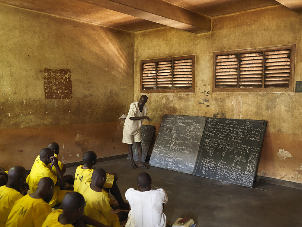 A prisoner on death row gives a biology class in Kirinya prison in Jinja, Uganda. Photo: Jan Banning