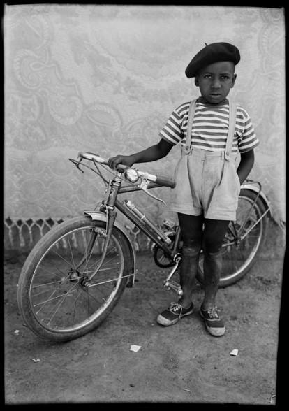 Seydou Keïta, Sans titre, 1948-1954 Courtesy: CAAC –The Pigozzi Collection & Galerie Nathalie Obadia Paris/Bruxelles. Copyright: ©Seydou Keïta/SKPEAC