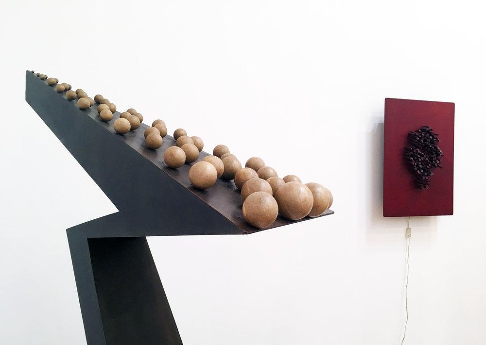 Pol Bury, 49 boules de même couleur sur un plan incliné mais surélevé, 1966