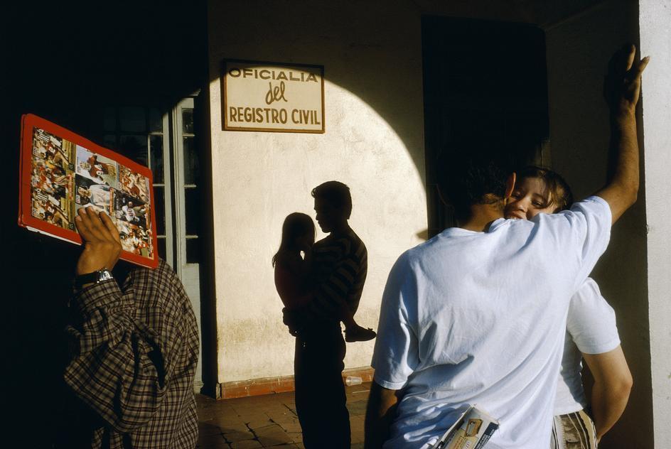 Alex Webb, Nuevo Laredo, Mexico, 1996. Image courtesy A. Galerie
