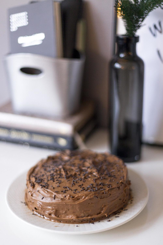 Kake i kantina   Bestill inn en stor kake fra et bakeri, eller lag en kake selv. Inviter til fest i kantina.