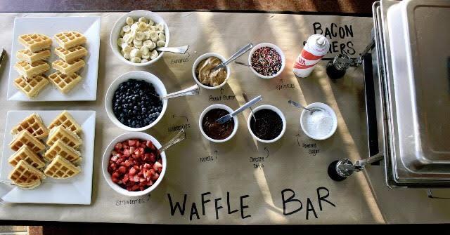 Vaffelbar   Dekk et bord i kantina med gråpapir som duk, deretter kan du dekke på med vafler, bær, sauser og mye mer. En enkel, men veldig stilig måte å vise sine medelever at man setter pris på dem!