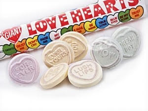 """Love Hearts Invation  I løpet av hele skoledagen - sørg for at skolen er invadert av """"love hearts"""". I kantina, i garderobene, ved vasken og i klasserommet.. Se mer informasjon her for evnt ønske om å bestille love Hearts i """" stort"""". Ellers er Love Hearts å finne i de aller fleste dagligvare- og godteributikker.    http://www.tilbryllupet.no/sjokoladehjerter-og-sott/801-lovehearts-50stk.html"""