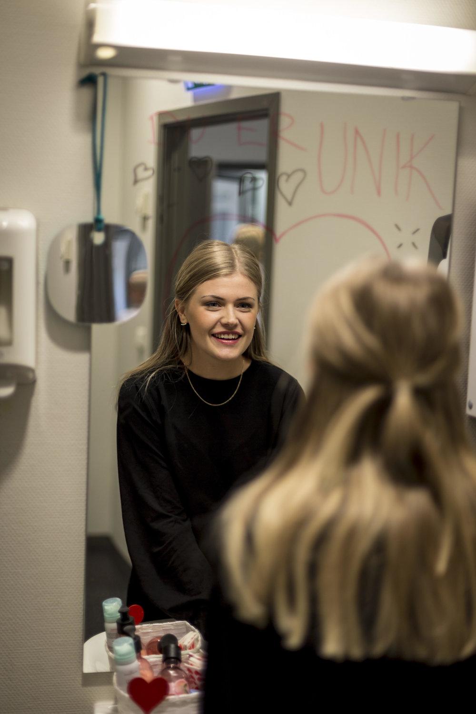 Toalett-oppmuntring   Kjøp duftlys, lag en kurv og fyll med ulike produkter for dame/herre og heng opp lapper med positive sitater og gode ord på speilet!