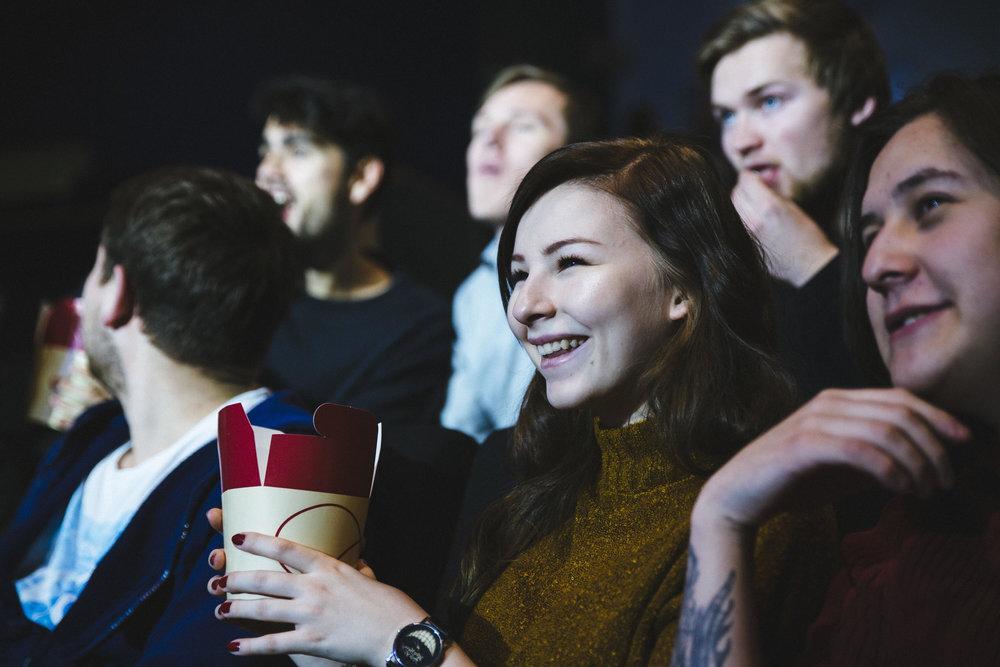 Inviter til gratis kino  Undersøk med din lokale kino, om de kan tenke seg å ha en gratis kinovisning på kvelden en av dagene i løpet av Godhetsuka. Dette er for fellesskap blant medelever på skolen.