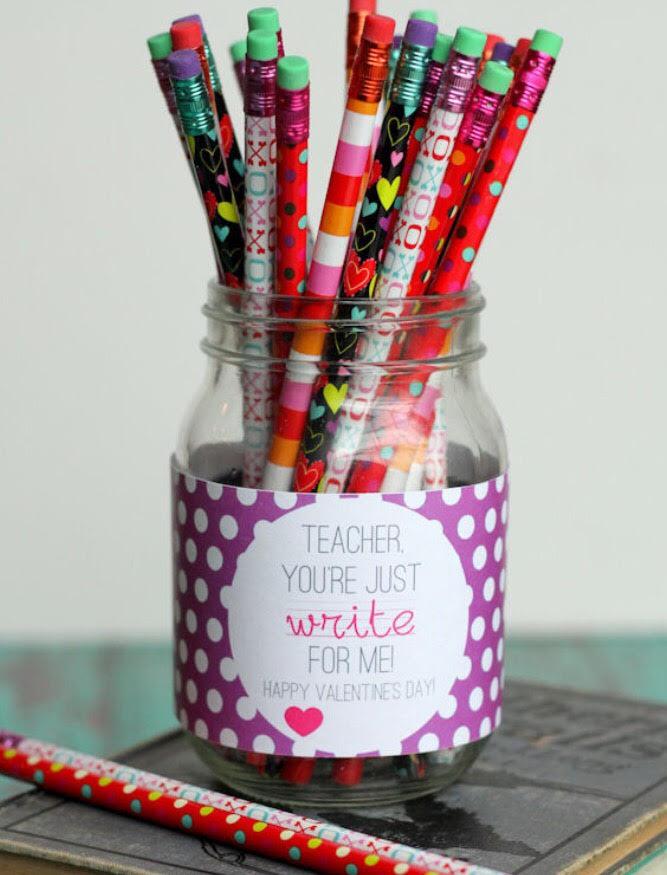 """Et syltetøyglass/krukke med blyanter, og teksten """"teacher you're just write for us."""""""