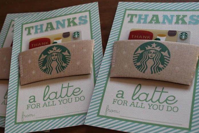 """En kopp med en oppmuntrende personlig hilsen til en lærer, med noe godis i. Denne pakkes inn i en pose, med teksten: """"Thanks a """"latte"""" for being such a great teacher""""."""