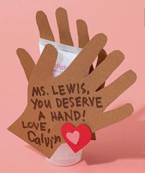 """En hvit eller ensfarget kaffekopp, og med tusjer til porselen En ekstra hånd: To hender teipet rundt en gave, med navnet til læreren og teksten: """"(navn) you deserve a hand"""" (Spesielt til en kvinnelig lærer, med en god håndkrem som gave)"""