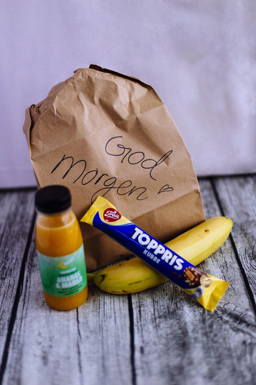 """God morgen - pose   Del ut en papirpose med feks eple, banan, energisjokolade og en juice. Skriv gjerne en hyggelig hilsen på papirposene, som """"Du er bra!"""" eller """"Ha en nydelig dag""""!"""