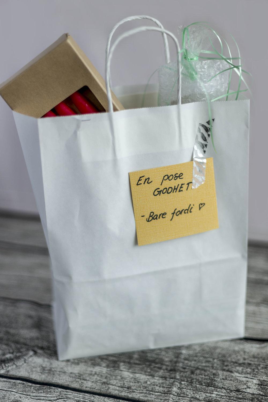 """En pose godhet – bare fordi.   En liten gave, for å oppmuntre og spre kjærlighet. Fyll posen med en spennende liten gave, noe godteri eller annet. (Som du kan kjøpe selv eller bestille fra oss), sammen med et lite kort med teksten """"en pose godhet – bare fordi."""""""
