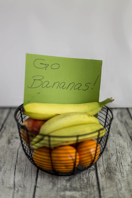 """Fruktkurven   Sett en stor skål/kurv med deilig frukt på fellesrommet på lærerværelse eller på kateteret til en bestemt lærer. Lag et stilig skilt eller gjør det enkelt - skriv på et ark """"Go bananas"""" og sett oppi kurven."""