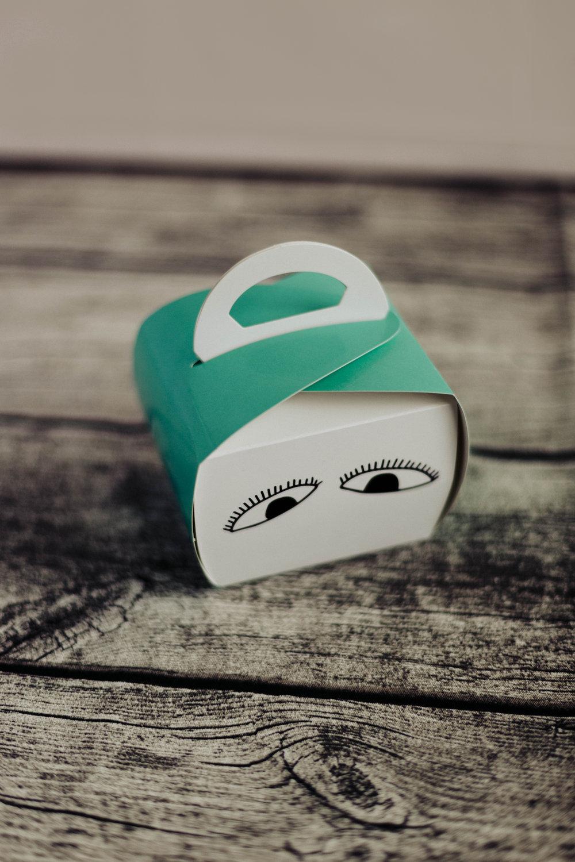 Cupcakes in a box   Legg en nybakt muffins eller cupcake i en liten cupcake-boks. Gi denne til ulike personer som dere ønsker skal bli oppmuntret. Legg gjerne med et lite Godhets-kort!