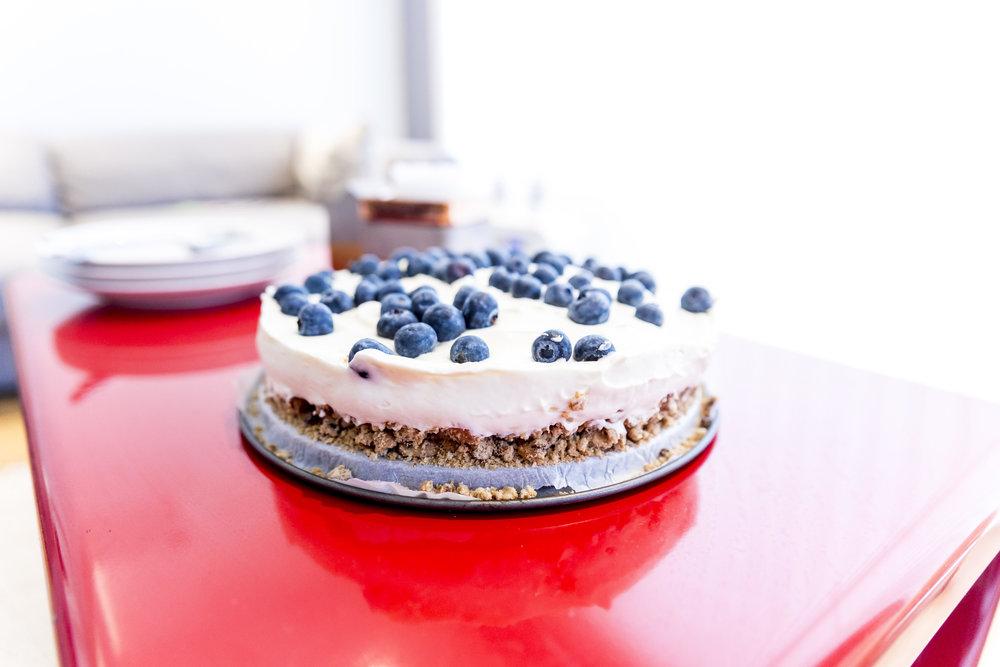 Kake på felles lærerværelse   Bak sammen eller kjøp inn en stor kake til lærerne på skolen. Sett den inn på oppholdsrommet til lærerne, sammen med et hyggelig kort.