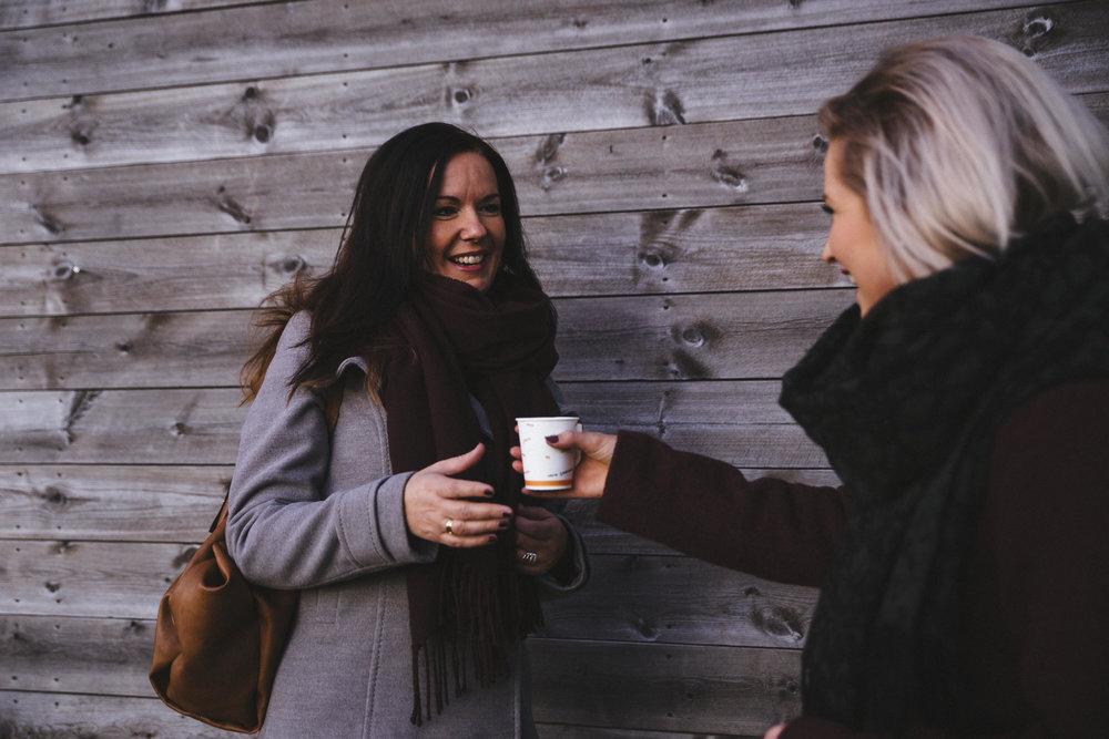 God morgen kaffe til lærerne  Lag masse kaffe, og stå ved parkeringsplassen til skolen der alle lærerne parkerer. Sørg for å være i god tid før skolen begynner, og ha nok drikke til alle sammen. Møt dem med kjærlighet og et stort smil, mens du gir dem en kaffe og en god morgen. Dere kan også gjøre det lille ekstra, og åpne døren eller servere en sjokolade bit sammen med kaffen.