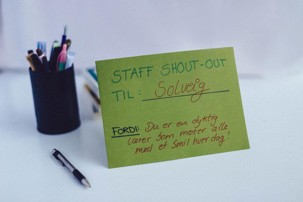 """Staff shout-out 2   Bestill hos oss små fine kort hvor det står """" Staff Shout Out til: og med underteksten """" hvorfor"""". Her får dere muligheten til å legge en slik lapp på pulten til læreren og gi han/henne en shout out og også hvorfor han/hun får shout out."""