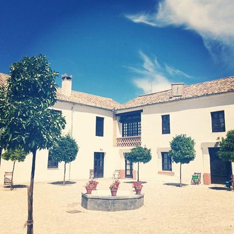 Cortijo_del_Marqués_courtyard.jpg