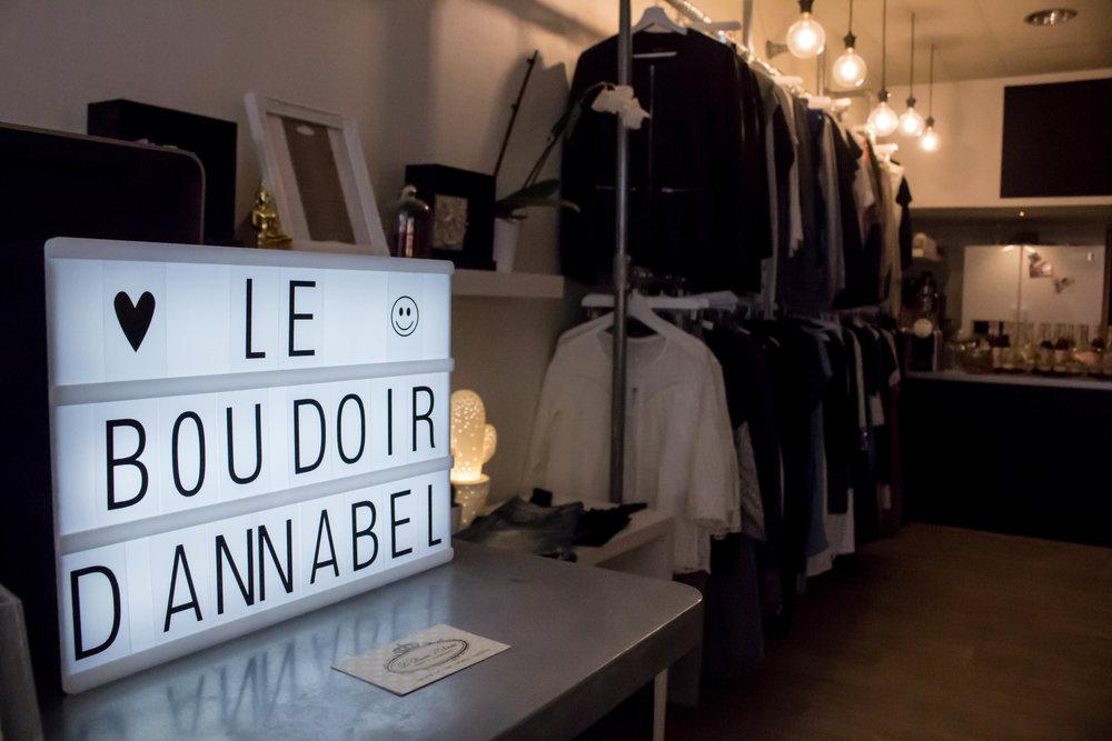 Le Boudoir d'Annabel Le Boudoir d'Annabel est un concept store girly et chaleureux qui réunit la mode, la beauté et la gourmandise.[Suite]