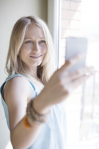 21 Apr 2015 --- Woman making selfie via smartphone --- Image by © 3photo/Corbis