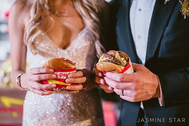 In and out truck at your wedding...yes please!!! What's your favorite burger?? This double snap by @jasminestar has me thinking .. @in_andout_burger is a must for dinner tonight!!! #nationalcheeseburgerday  Photography: @jasminestar