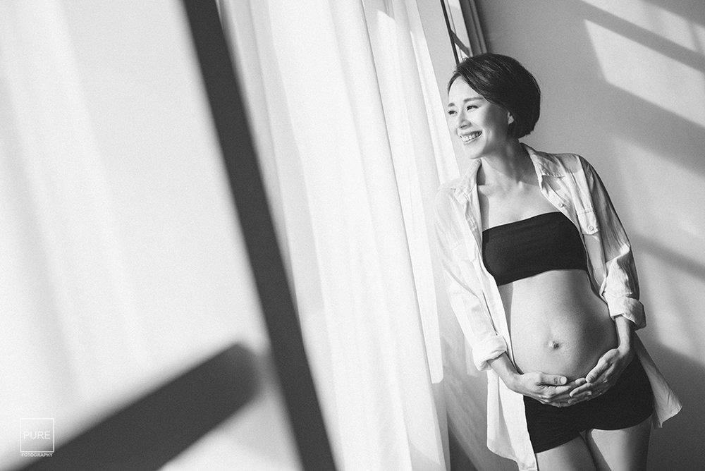 孕婦寫真窗邊