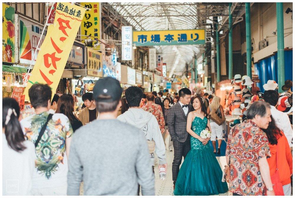 PUREFOTO_海外婚紗攝影Oversea_Prewedding_沖繩婚紗牧志市場人群婚紗拍攝