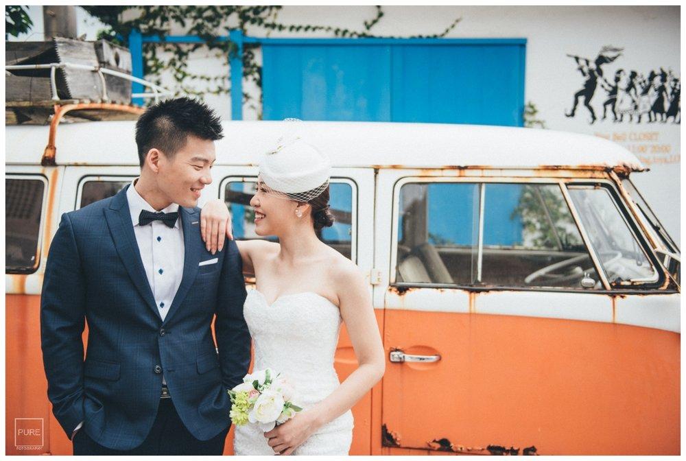 外人住宅橘色廂型車前婚紗拍攝