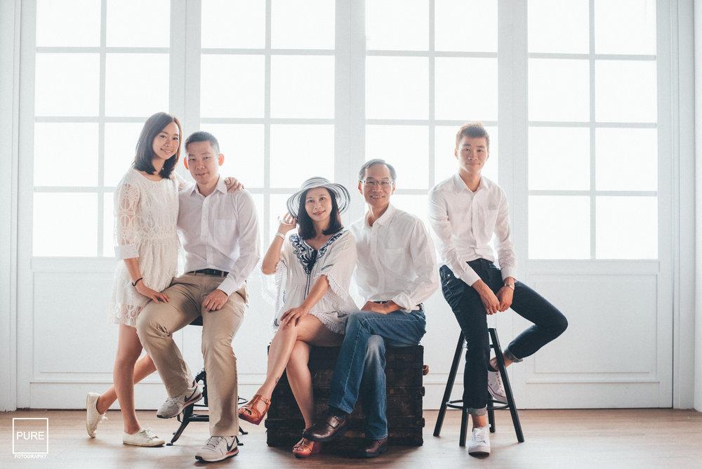 以白色為主的搭配,褲子、鞋子以及其他飾品配件可以隨意搭配就很有整體和諧感。