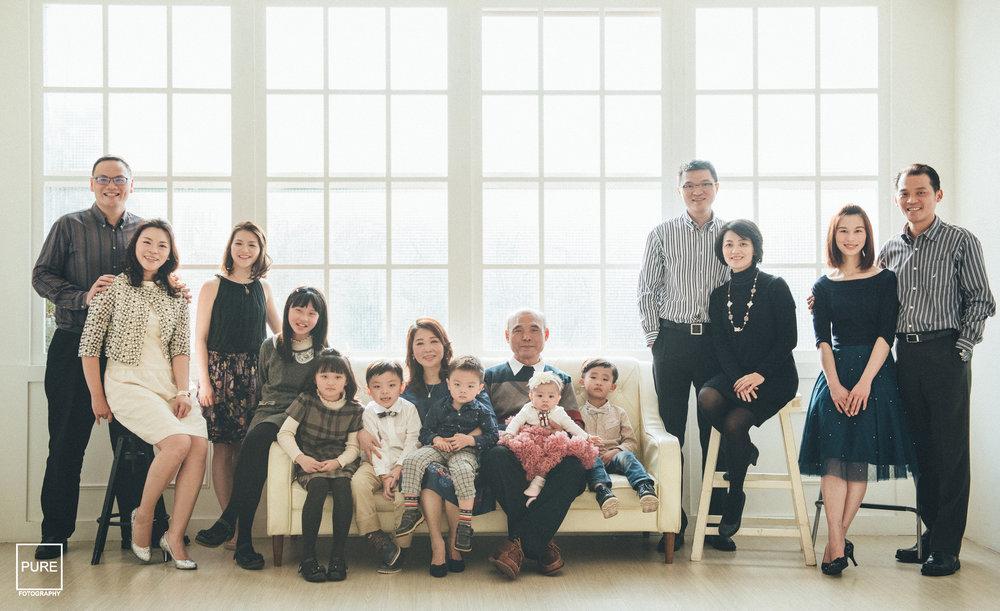 除了爺爺是大家長搭配針織毛衣外,其餘男士著條紋襯衫,女士著套裝配跟鞋。雖然沒有限定色系卻還是能夠呈現和諧感。