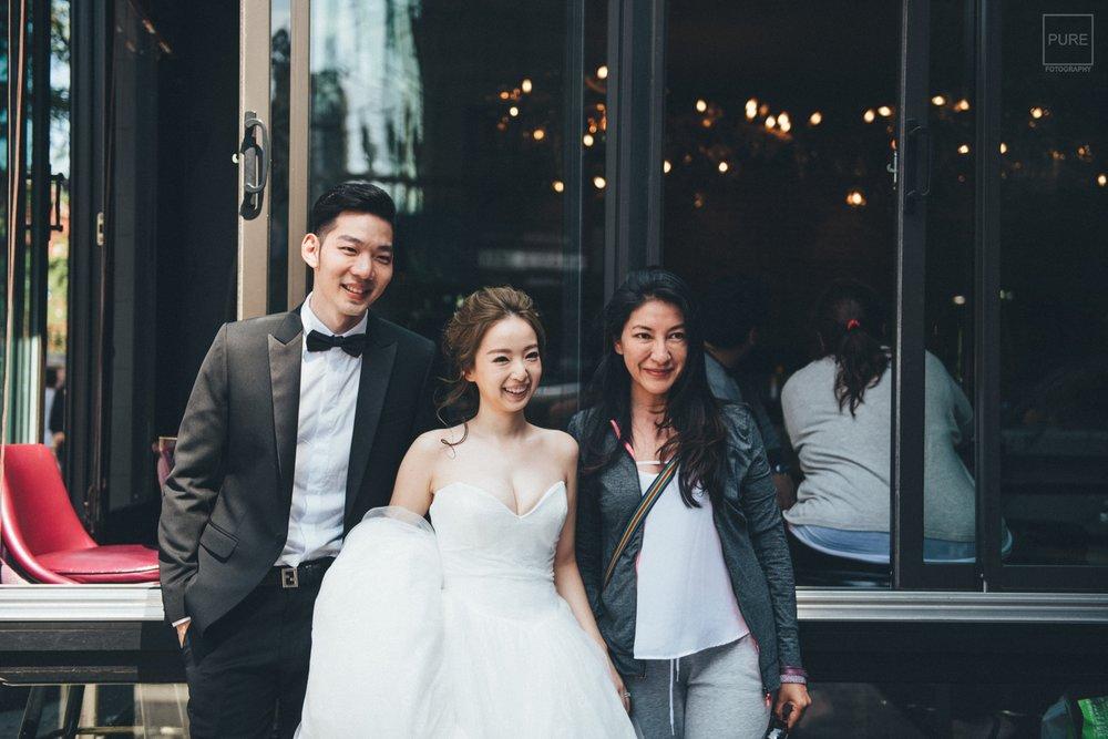 不乏有許多路人與我們的新娘合照啊!