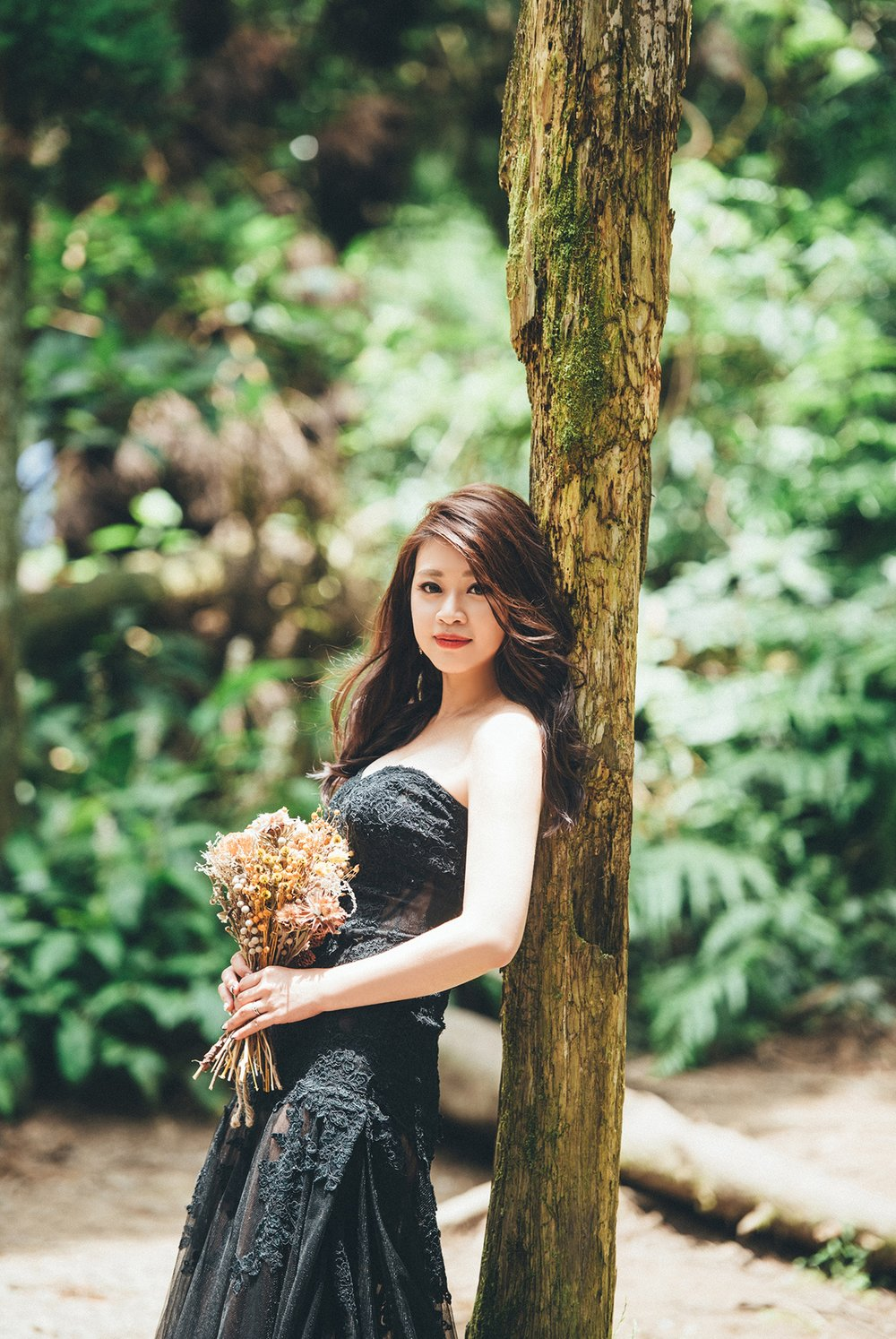 黑色禮服在黑森林中多了種神祕的氣質,家中長輩如果不忌諱的新人其實可以試試看黑禮服,修身效果其實很好唷!