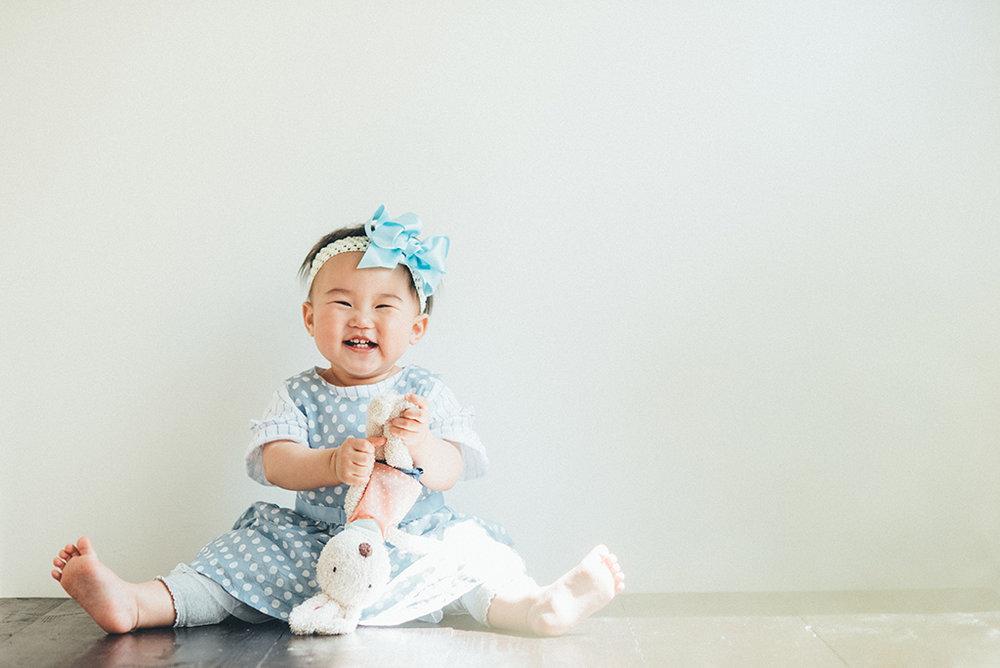傳說中的天使寶寶,自己乖乖坐著也笑嘻嘻~
