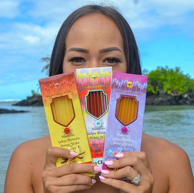 There's a lot of CBD products out there, but there's NOTHING like this. 3 of the most delicious flavors, all slow-infused in our smooth Lehua blossom honey, with ten 25mg sticks per pack!  Shop www.honeysownherbs.com Model: @kayhowww • • • • • • #cbd #cbdhoney #cbdhoneysticks #madeinhawaii #trysomethingnew #honeysownherbs #safecbd #farmbill2018 #keephemplegal #deliciousfoods #pure #raw #foodie #hawaii #beachdays #luckywelivehi