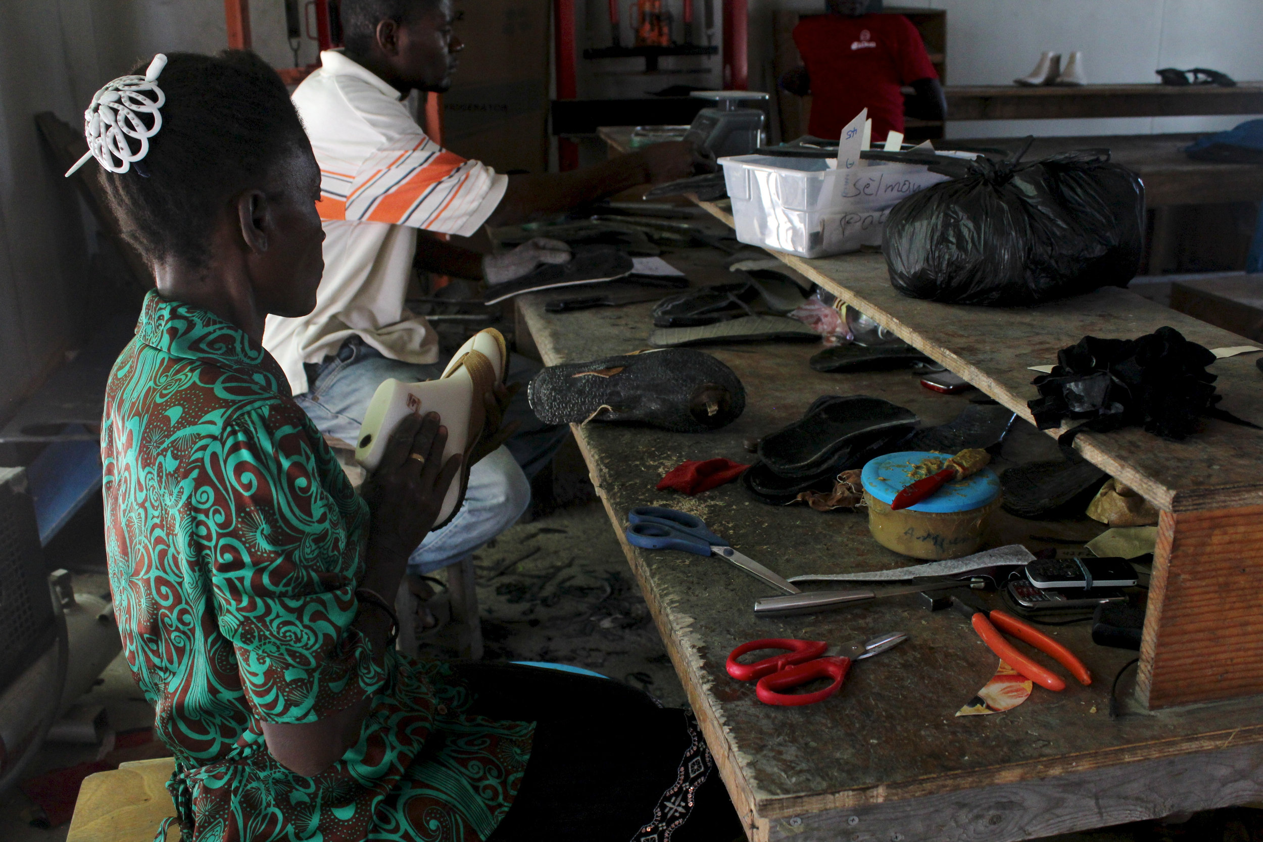 The sandal parts (sole and straps) are being fitted on the foot last. Photo: A Bergamin