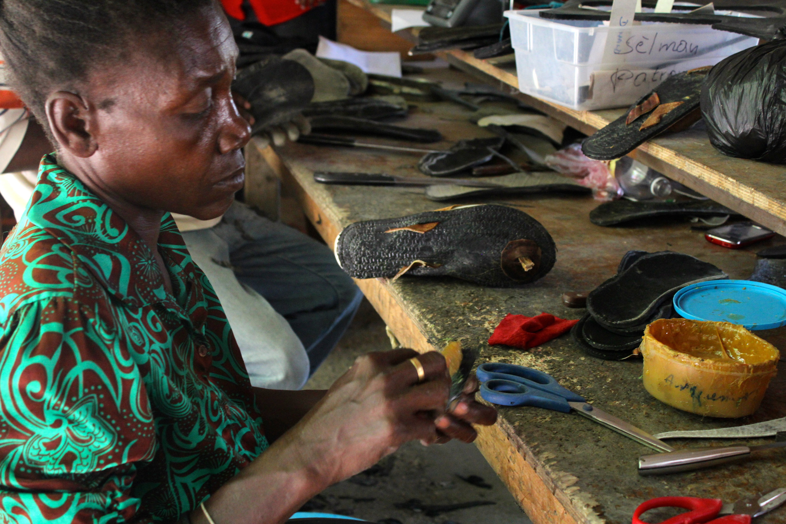 The sandals are being glued together. Photo: A Bergamin