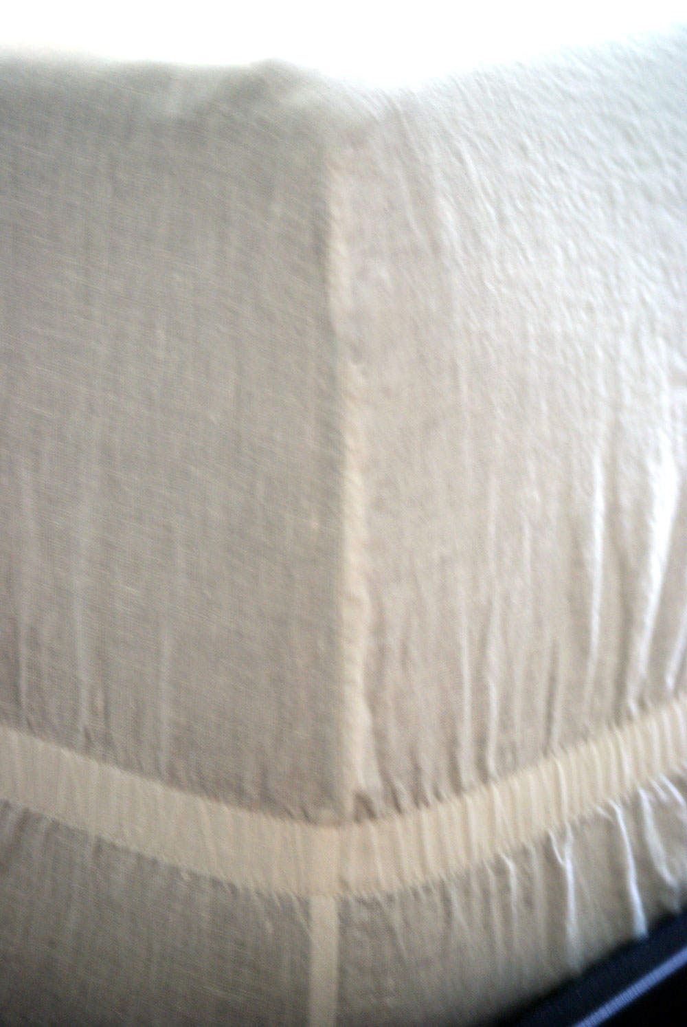 PRIMARY FITTED SHEETS HAVE AN  ELASTIC STRIP  THAT HOLDS THE SHEET IN PLACE