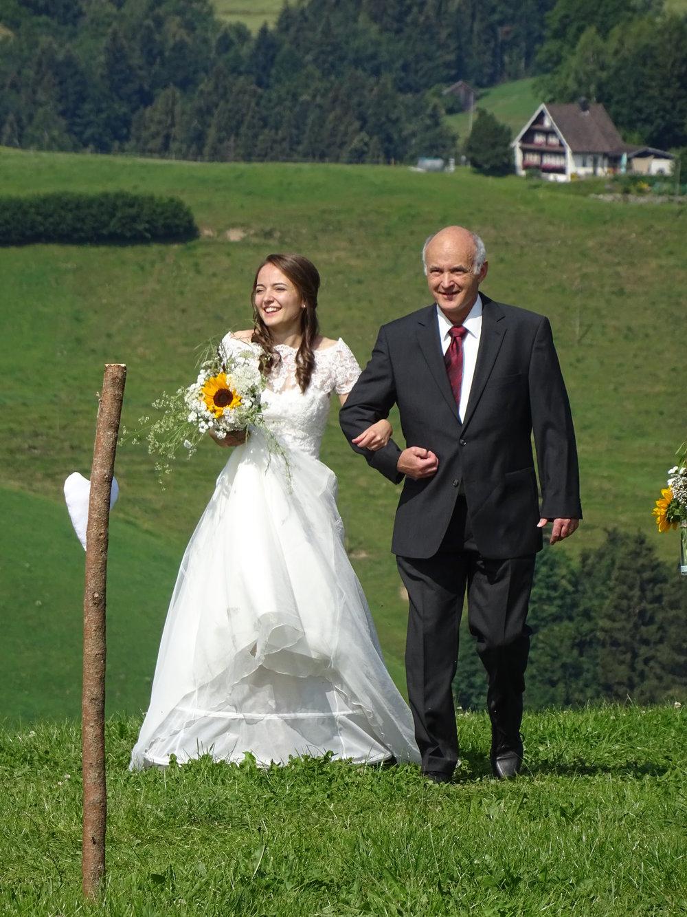 Eveline geführt durch ihren Vater zur Trauung